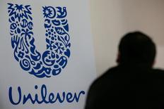 Логотип Unilever на фабрике в Сен-Дизье, Франция, 4 мая 2016 года. Производитель потребительских товаров Unilever в четверг отчитался о меньшем, чем ожидалось, росте продаж в четвертом квартале, объяснив это демонетизацией в Индии и вялостью экономики Бразилии. REUTERS/Philippe Wojazer/File Photo