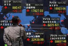 Imagen de un hombre mirando pantallas con cotizaciones ante una casa de valores en Tokio, el 16 de noviembre de 2016. Las bolsas de Asia trepaban el jueves a máximos en tres meses y medio, luego de que el promedio industrial Dow Jones superó por primera vez el nivel de 20.000 puntos, aunque la inquietud sobre la postura proteccionista del presidente estadounidense, Donald Trump, debilitaba al dólar.REUTERS/Toru Hanai