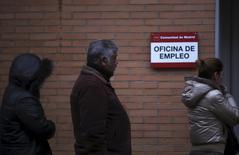 En la imagen, personas en la entrada de una oficina de empleo en Madrid, 3 de enero de 2014. La tasa de desempleo en España cayó a un 18,6 por ciento en el cuarto trimestre del 2016, su nivel más bajo en poco más de siete años, mostraron el jueves datos del Instituto Nacional de Estadística, por debajo del 18,9 por ciento en el trimestre anterior. REUTERS/Susana Vera/File Photo