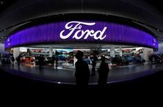 Ford a publié une perte au quatrième trimestre en raison d'une modification du traitement comptable des retraites et d'une dépréciation liée à l'abandon d'un projet d'usine au Mexique et le deuxième constructeur automobile américain a confirmé jeudi que son bénéfice de 2017 serait en repli. /Photo prise le 10 janvier 2017/REUTERS/Mark Blinch