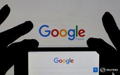 Логотип Google на странице поисковика, отображающейся на мониторе 24 февраля 2016 года. Alphabet Inc, владелец Google, в четверг отчиталась о прибыли за четвертый квартал, не дотянувшей до прогнозов из-за повышения ставки налога, однако аналитики отметили успехи компании в расширении бизнеса вне сферы рекламы. REUTERS/Eric Gaillard/Illustration/Files