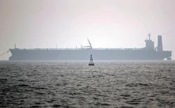 Нефтяной танкер в иранском порту Эселуйе в Персидском заливе. 27 мая 2006 года. Два иранских нефтяных супертанкера, принадлежащих Национальной иранской танкерной компании (NITC), направились в крупнейший торговый порт Европы Роттердам впервые после снятия санкций с исламской республики в январе прошлого года, сообщили Рейтер источники в отрасли. REUTERS/Morteza Nikoubazl