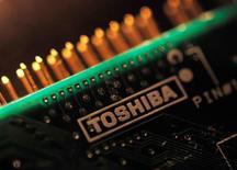 Toshiba a annoncé vendredi qu'il placerait une participation minoritaire dans sa filiale mémoires et ajouté que ses activités nucléaires à l'étranger, source de ses déboires financiers, faisaient dorénavant l'objet d'un examen. /Photo d'archives/REUTERS/Yuriko Nakao