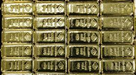 Слитки золота на заводе 'Oegussa' в Вене. 18 марта 2016 года. Золото подешевело до двухнедельного минимума в четверг на фоне укрепления доллара, и завершает неделю в минусе впервые с конца декабря. REUTERS/Leonhard Foeger