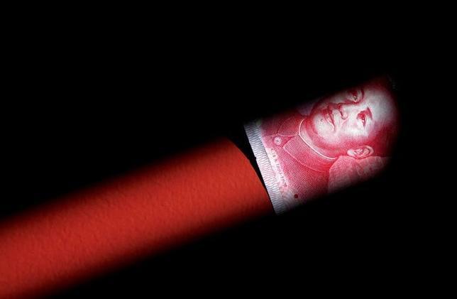 1月26日、中国政府がシャドーバンキング(影の銀行)の取り締まりに乗り出しているが、この部門が縮小すれば銀行の重要な収入源が断たれて債券市場の流動性は細り、金融市場が不安定化する恐れもある。写真は人民元紙幣。北京で2011年3月撮影(2017年 ロイター/David Gray)