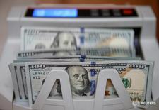 Долларовые купюры в Киеве 31 октября 2016 года. Доллар снизился в понедельник к корзине основных валют, отодвинувшись от недельного пика, после падения доходности казначейских облигаций США из-за выхода данных, указавших на более медленный, чем ожидалось, рост американской экономики. REUTERS/Valentyn Ogirenko