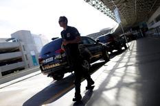 Agente da Polícia Federal aguarda desembarque de Eike Batista no Rio de Janeiro.    30/01/2017        REUTERS/Ueslei Marcelino