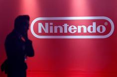 Логотип Nintendo на презентации консоли Switch в Токио. Японский производитель видеоигр Nintendo Co Ltd получил прибыль впервые за четыре квартала благодаря подразделению, сфокусированному на мобильных платформах, но при этом втрое сократил годовой прогноз.   REUTERS/Kim Kyung-Hoon