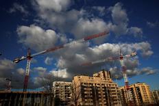El precio medio de la vivienda de segunda mano en España se incrementó en 2016 un 1,9 por ciento, según mostró el martes un estudio inmobiliario, lo que supone el primer alza registrado tras nueve años de descensos. En la imagen, unas grúas en una obra de construcción en el norte de Madrid, el 23 de enero de 2017. REUTERS/Juan Medina