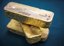 Золотые слитки. Золото во вторник подорожало до максимума почти за неделю, так как введённые Дональдом Трампом жёсткие ограничения на въезд в США из некоторых стран насторожили рынки и побудили инвесторов покупать золото, чтобы застраховаться от рисков.  REUTERS/Andrey Lunin/File Photo