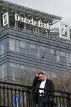 Мужчина проходит мимо офиса Deutsche Bank в Москве 17 сентября 2015 года. Deutsche Bank AG заплатит штраф в размере $630 миллионов американскому и британскому финансовым регуляторам за неспособность предотвратить нелегальный вывод около $10 миллиардов из России. REUTERS/Maxim Zmeyev