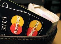 Карты MasterCard. MasterCard Inc, второй в мире оператор платежных карт, во вторник отчитался о квартальной выручке, не дотянувшей до прогнозов из-за увеличения компенсаций и скидок.  REUTERS/Jonathan Bainbridge/Illustration/File Photo