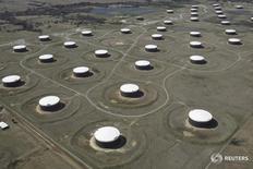 Нефтехранилища в Кушинге, Оклахома 24 марта 2016 года. Запасы нефти в США выросли на прошлой неделе, показали данные Американского института нефти (API). REUTERS/Nick Oxford/File Photo