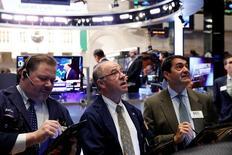 Трейдеры на торгах Нью-Йоркской фондовой биржи 31 января 2017 года. Фондовый индекс S&P 500 продемонстрировал снижение четвёртую сессию подряд во вторник под давлением чувствительных к росту экономики секторов из-за разочаровывающей корпоративной отчётности и продолжающегося беспокойства о приоритетах администрации президента США Дональда Трампа. REUTERS/Lucas Jackson