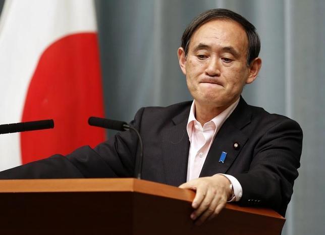 2月1日、菅義偉官房長官は午後の会見で、トランプ米大統領が日本の円安誘導をけん制する発言を行ったことに関して、日本の為替への対応に変化はないとしたうえで、「為替問題を含め経済、貿易について、日米で意思疎通をしっかり図ることが極めて大事だ」との考えを示した。写真は都内で2014年5月撮影(2017年 ロイター/ Yuya Shino)