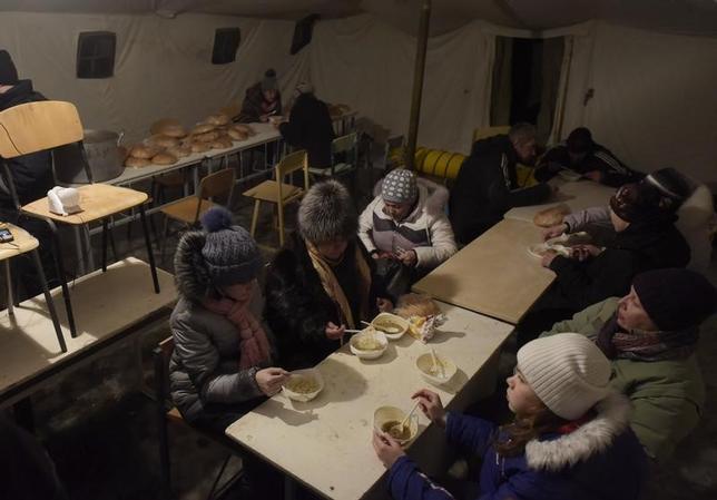 1月31日、国連安全保障理事会は、ウクライナ東部で親ロシア派とウクライナ軍の戦闘が激化していることに「深刻な懸念」を表明し、暴力の即時停止を呼び掛けた。安保理は声明で、「ウクライナの主権と領土保全を全力でサポートする」と表明した。写真は緊急避難所で食事を取る住人達。アブディイフカで1月撮影(2017年 ロイター/Maksim Levin)