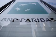 BNP Paribas a annoncé mercredi avoir cédé 25 millions de titres de First Hawaiian Bank, soit 17,9% des actions ordinaires de sa filiale, à un prix de 32 dollars par action, pour un montant total de 800 millions de dollars. /Photo d'archives/REUTERS/Yuya Shino