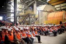 La imagen de archivo muestra a trabajadores de la mina de cobre Escondida, reunidos durante una ceremonia cerca de Antofagasta, en Chile. Los trabajadores de Escondida en Chile, la mayor mina de cobre del mundo, rechazaron por una amplia mayoría una oferta de un nuevo contrato colectivo y votaron por iniciar una huelga en el yacimiento, dijo el miércoles a Reuters el sindicato. REUTERS/Fabian Cambero