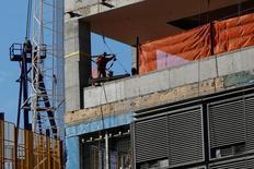 En la foto de archivo, un operario trabaja en la construcción de un nuevo edificio en la zona de Hudson Yards en Manhattan, Nueva York. El gasto en construcción en Estados Unidos bajó sorpresivamente en diciembre debido a un tenue aumento de la edificación privada y a una caída de los proyectos públicos, lo que podría impactar negativamente en el crecimiento económico del cuarto trimestre del 2016. REUTERS/Shannon Stapleton