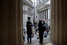 La Bourse de New York a clôturé en hausse mercredi. Le S&P-500, longtemps hésitant, gagne en clôture 0,03%, le Dow Jones a pris 0,14% et le Nasdaq Composite a progressé de 0,50%. /Photo prise le 28 décembre 2016/REUTERS/Andrew Kelly