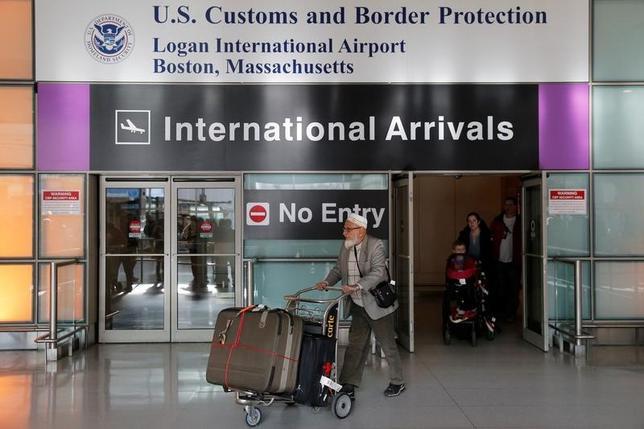 2月1日、米ホワイトハウスは、移民の入国を制限するトランプ大統領の大統領令を巡り、永住権保有者は米国への入国に際し適用免除を申請する必要はないとの見解を示した。ボストンの空港で1月撮影(2017年 ロイター/Brian Snyder)