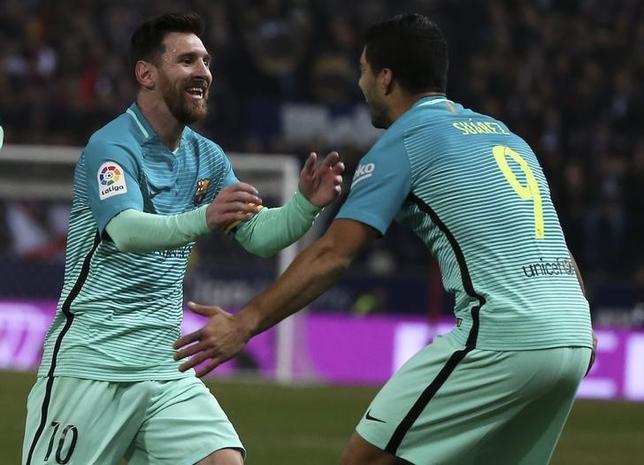 2月1日、サッカーのスペイン国王杯準決勝第1戦、バルセロナは敵地でアトレチコ・マドリードに2─1で勝利。リオネル・メッシ(左)とルイス・スアレス(右)が1得点ずつを記録(2017年 ロイター/Sergio Perez)