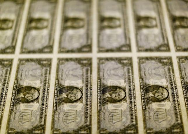 2月2日、正午のドル/円は、前日ニューヨーク市場午後5時時点と比べ、ややドル安/円高の113.03/05円だった。写真はワシントンで2014年11月撮影(2017年 ロイター/Gary Cameron)