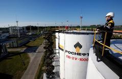 Центральная нефтеобрабатывающая установка на месторождении Приобское, принадлежащем Роснефти. Россия в январе обеспечила около 40 процентов взятых на себя обязательств по сокращению добычи нефти, львиная часть которого пришлась на крупнейшую нефтяную компанию Роснефть, следует из опубликованной в четверг статистики Минэнерго.  REUTERS/Sergei Karpukhin