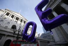 La Banque d'Angleterre (BoE) a de nouveau revu en hausse jeudi sa prévision de croissance 2017 et déclaré que certains de ses responsables commençaient à surveiller attentivement l'évolution de l'inflation, sans pour autant laisser entendre qu'elle se rapprochait d'une hausse de taux. /Photo d'archives/REUTERS/Peter Nicholls