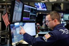 Un operador revisando un monitor poco después de la apertura del mercado en Wall Street, EEUU, ene 31, 2017. Las acciones en Estados Unidos caían el jueves ante el retroceso del sector bancario, un día después de una reunión de la Reserva Federal en la que el banco central no dio señales claras sobre la posibilidad de subir sus tasas de interés en marzo, aunque sí presentó un panorama optimista sobre la economía.  REUTERS/Lucas Jackson