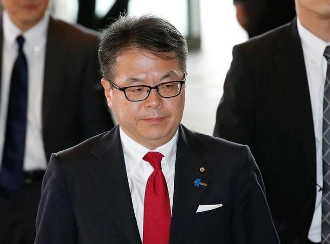 2月3日、世耕弘成経済産業相は、閣議後の会見で、自動車産業を巡って日米間で新たな貿易摩擦が起こるという認識はない、と述べた。写真は昨年8月、安倍首相官邸を訪れた時の世耕経済産業相(2017年 ロイター/Kim Kyung-Hoon)