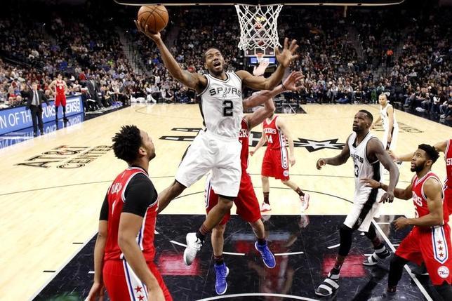 2月2日、米プロバスケットボール協会(NBA)は各地で試合を行い、セブンティシクサーズ─スパーズは102─86でスパーズが勝利した。写真はシュートを狙うスパーズのクワイ・レナード(2017年 ロイター/Soobum Im-USA TODAY Sports)