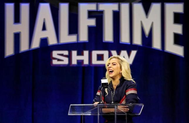 2月2日、米歌手レディー・ガガは、出演する米NFL王者決定戦「スーパーボウル」のハーフタイムショーについて、どのようなパフォーマンスになるかは明らかにしなかったが、自らの信念や情熱に基づくものになる、と語った(2017年 ロイター/Matthew Emmons-USA TODAY Sports)