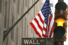 Wall Street a fini sans grand changement jeudi, au terme d'une séance hésitante. Le Dow Jones a cédé 0,03%, le S&P-500 a avancé de 0,06%, le Nasdaq Composite a reculé de son côté de 0,11%. /Photo d'archives/REUTERS/Lucas Jackson