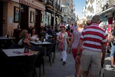 La actividad del sector de servicios en España aumentó en enero, aunque a un ritmo levemente menor al del mes anterior, con sólidos crecimientos en la actividad comercial y de empleo, dijo el viernes un sondeo. En la imagen de archivo, una camarera atiende una mesa en una terraza en la calle de La Bola en Ronda, Málaga. REUTERS/Jon Nazca/File Photo
