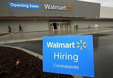 En la foto de archivo, un cartel anuncia que se están contratando empleados en un nuevo centro comercial Walmart en Compton, California, EEUU.10 de enero 2017. El crecimiento del empleo en Estados Unidos probablemente se aceleró en enero y se prevé que los salarios habrían aumentado en forma sostenida, lo que sugiere un sólido inicio para el Gobierno de Donald Trump en su búsqueda por impulsar a la economía y al empleo. REUTERS/Mike Blake