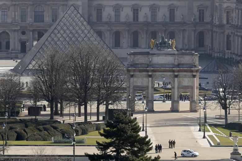 A general view shows the Carrousel du Louvre and the Louvre Pyramid as French police secure the site in Paris, France, February 3, 2017 after a French soldier shot and wounded a man armed with a machete and carrying two bags on his back as he tried to enter the Paris Louvre museum.    REUTERS/Philippe Wojazer
