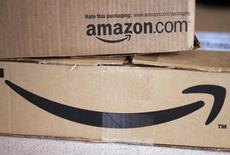 Amazon.com, à suivre à Wall Street vendredi. Le géant américain du commerce en ligne a annoncé jeudi un chiffre d'affaires du quatrième trimestre inférieur aux attentes et sa prévision de bénéfice pour la période en cours a également déçu les analystes, ce qui a conduit plusieurs d'entre eux à abaisser leur objectif de cours. /Photo d'archives/REUTERS/Rick Wilking