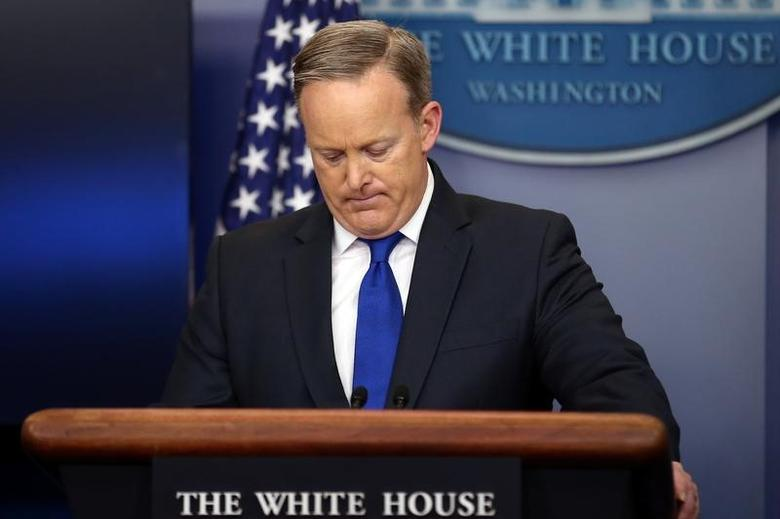 Press Secretary Sean Spicer pauses as he attends the daily briefing at the White House in Washington U.S., February 1, 2017.  REUTERS/Carlos Barria