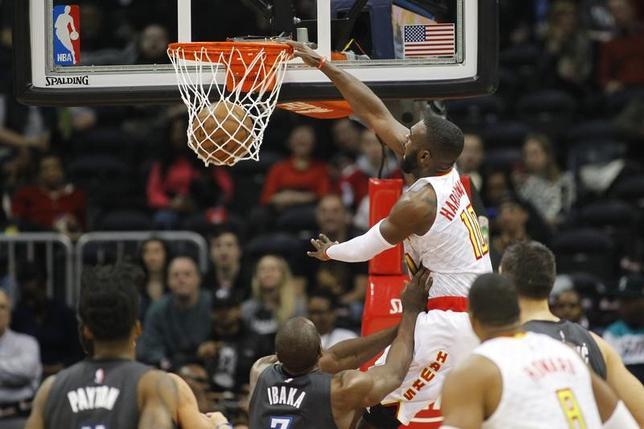 2月4日、NBAのホークスはマジックに113─86で圧勝した。ティム・ハーダウェー(中央)は21得点(2017年 ロイター/Brett Davis-USA TODAYSports)