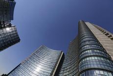 El mayor banco italiano, UniCredit, dijo el sábado que había alcanzado un acuerdo con los sindicatos para recortar 3.900 puestos de trabajo mientras que se prepara para poner en marcha esta semana una ampliación de capital de 13.000 millones de euros. En la foto, la sede central de UniCredit en Milán. REUTERS/Stefano Rellandini