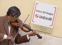 UniCredit a annoncé samedi la signature d'un accord avec les syndicats portant sur la suppression de 3.900 emplois en Italie, avant le lancement lundi d'une augmentation de capital d'un montant record de 13 milliards d'euros. /Photo d'archives/REUTERS/Alessandro Bianchi