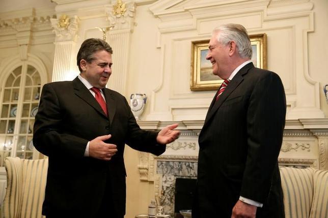 2月5日、ドイツのガブリエル外相(写真左)は前週の米当局者との会談で、米国が統合欧州や北大西洋条約機構(NATO)に引き続き関わっていく姿勢を再確認したと表明した。米ワシントン国務総省でティラーソン国務長官(写真右)と会談する様子。2日撮影(2017年 ロイター/Joshua Roberts)