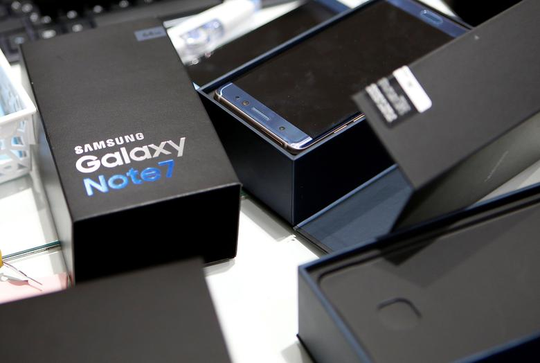 FILE PHOTO -  An exchanged Samsung Electronics' Galaxy Note 7 is seen at company's headquarters in Seoul, South Korea, October 13, 2016.   REUTERS/Kim Hong-Ji/File Photo