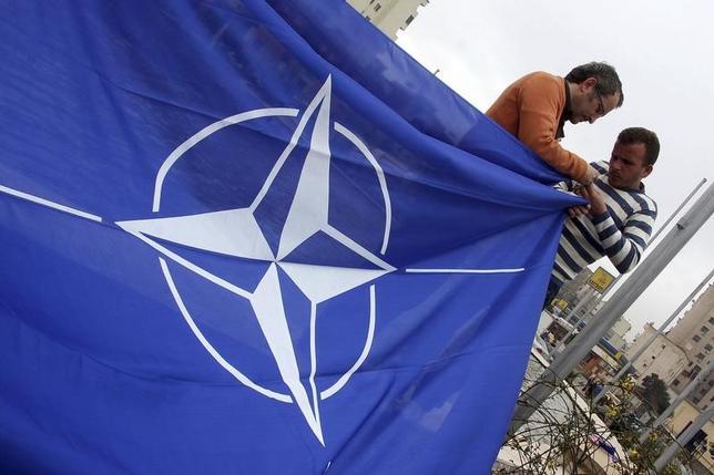 2月5日、トランプ米大統領は、北大西洋条約機構(NATO)のストルテンベルグ事務総長と電話会談し、5月に開かれるNATO首脳会議に出席することで合意した。写真はNATOの旗。アルバニアのティラナで2009年4月撮影(2017年 ロイター/Arben Celi)
