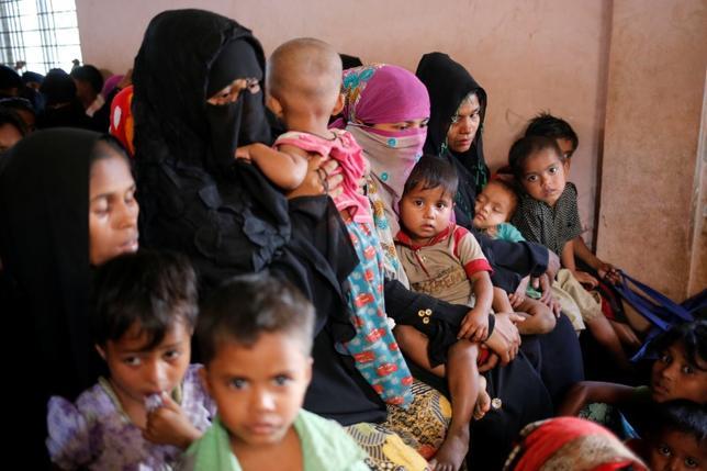 2月6日、国際人権団体「ヒューマン・ライツ・ウォッチ(HRW)」は、西部ラカイン州で軍や警察などの治安機関がイスラム系少数民族ロヒンギャの女性や少女に対する性的暴行に組織的に関与していると非難し、治安機関の司令官らを罰するようミャンマー政府に求めた。写真は5日、バングラデシュの難民キャンプにある診療所で健康診断を受けるロヒンギャ族の難民たち(2017年 ロイター/Mohammad Ponir Hossain)