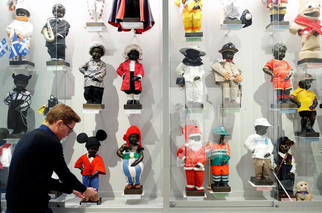 2月3日、ベルギーの首都ブリュッセルの観光名所である「小便小僧」の近くに4日、小便小僧がこれまで着たさまざまな衣装を展示する博物館が新たにオープンする。写真は2日撮影(2017年 ロイター/Francois Lenoir)