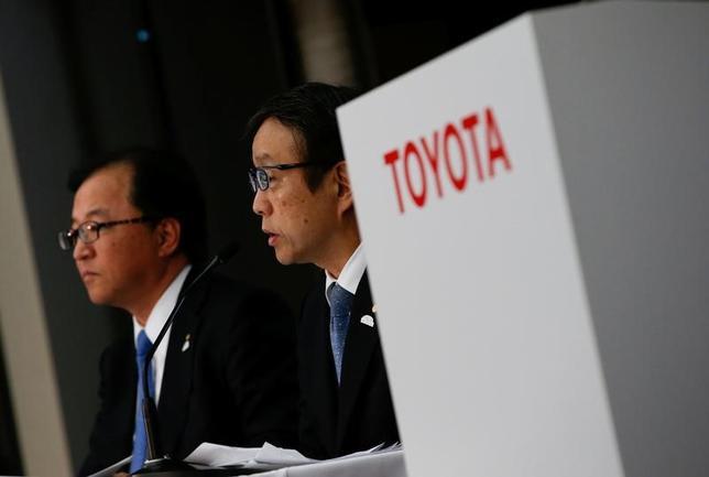 2月6日、トヨタ自動車は2017年3月期連結業績予想(米国会計基準)を上方修正した。会見した大竹哲也常務役員(写真左)は「米政権の影響を現時点で見通すことは難しい」と指摘した(2017年 ロイター/Kim Kyung-Hoon)