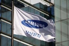 """Samsung Group a annoncé lundi qu'il dissoudrait son office de la stratégie d'entreprise une fois bouclée une enquête judiciaire qui a conduit à la suspension de la présidente sud-coréenne Park Geun-hye par le parlement. Surnommé la """"tour de contrôle"""", cet office, qui emploie 200 salariés, est le centre névralgique d'un empire pesant 239 milliards de dollars (223 milliards d'euros). /Photo d'archives/REUTERS/Kim Hong-Ji"""