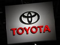 Логотип Toyota у стенда компании на автосалоне в Детройте. 10 января 2017 года. Toyota Motor Corp в понедельник отчиталась о снижении квартальной операционной прибыли, но все равно повысила годовой прогноз прибыли на 9,7 процента, надеясь на большее преимущество благодаря ослаблению иены. REUTERS/Mark Blinch